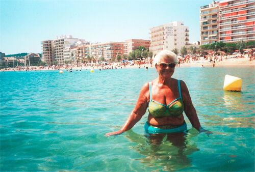 Bikini-Babe mit 80